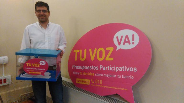 Alberto Bustos junto a la urna donde se seleccionarán los proyectos de inversión