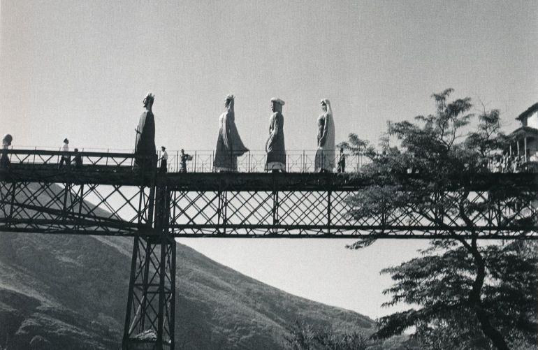 Gigantes y cabezudos por el puente de San Pablo de Cuenca.