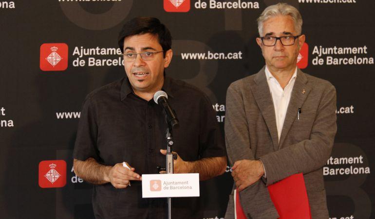 Gerardo Pisarello, i del regidor d'Habitatge, Josep Maria Montaner