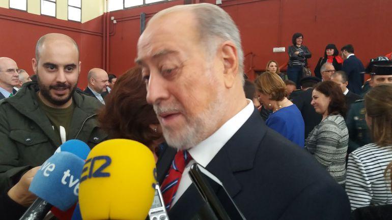 De Lorenzo atiende a los medios tras asistir al acto conmemorativo de la fundación de la Guardia Civil.