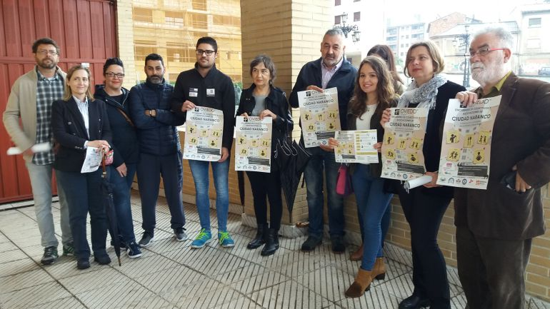 Representantes de asociaciones y vecinos de Ciudad Naranco con Ana Taboada