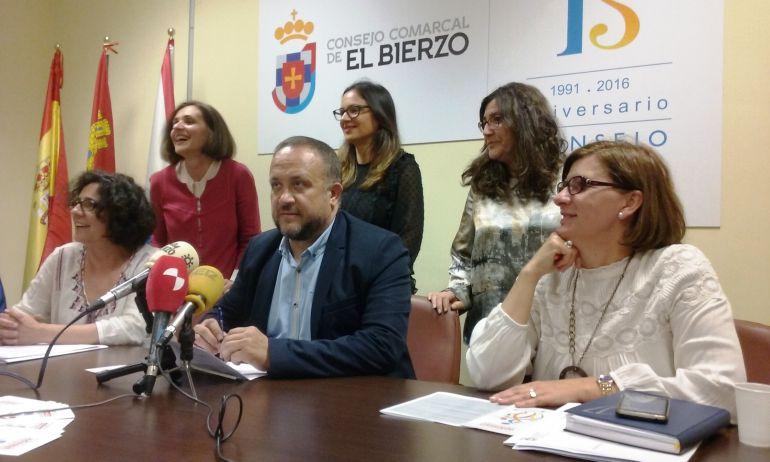 La coordinadora del programa, Raquel Rodríguez; el presidente del Consejo Comarcal, Gerardo Álvarez Courel; y la consejera de Bienestar Social, Mari Paz Martínez, en rueda de prensa