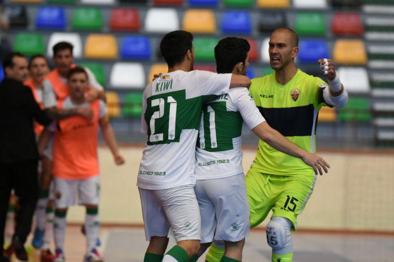 El portero Rafa celebra un gol con sus compañeros Kiwi y Óscar Ruiz