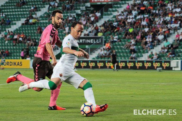 Nino se dispone a rematar a puerta en el partido Elche-Tenerife