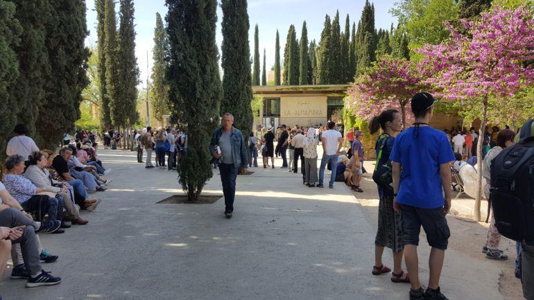 Turistas en la entrada de la Alhambra (Granada)