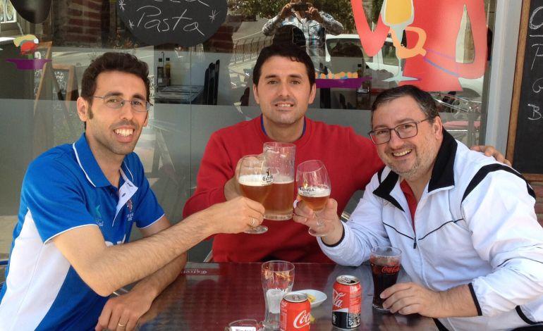 Jugadores el CTM Jerez brindando por la buena temporada que han realizado