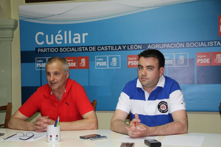 Los concejales Carlos Fraile y Ángel Carlos Hernándo explican en rueda de prensa su punto de vista para cubrir las plazas de Policía Local de Cuéllar