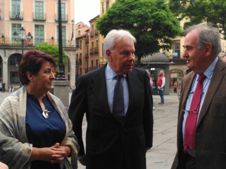 La alcaldesa de Segovia, Clara Luquero, el ex presidente del Gobierno, Felipe González y Álvaro Gil Robles- Fundación Valsaín.
