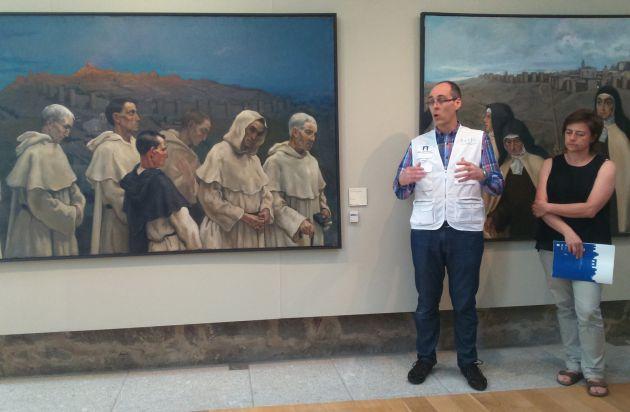 Miembros de la Fundación Santa María la Real del Patrimonio enseñan uno de los pequeños sensores que se han ubicado en la colección Guido Caprotti
