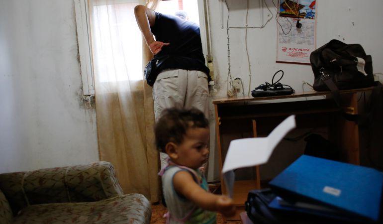 Imagen de una familia a punto de ser desahuciada de su vivienda en un barrio de Madrid