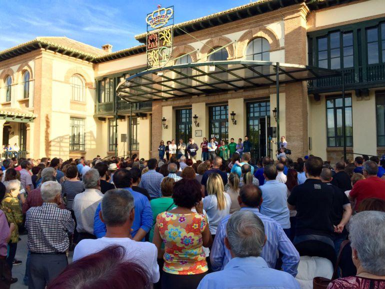 Unas dos mil personas se han concentrado ante el ayuntamiento este miércoles para escuchar al alcalde de Campillos