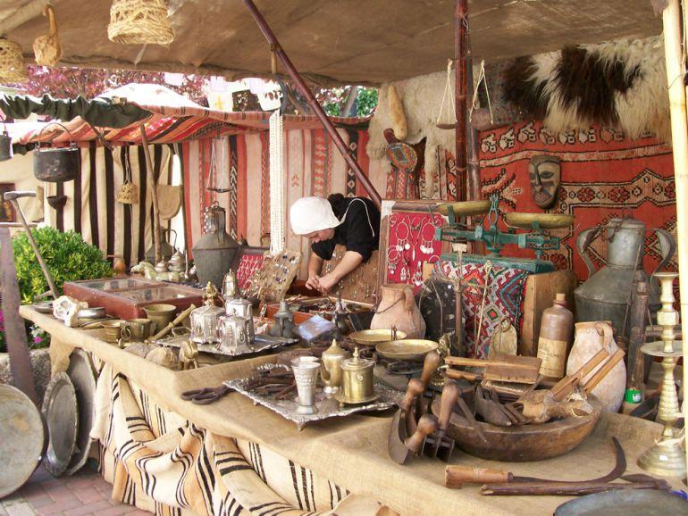 Un puesto de artesania en un mercado tradicional