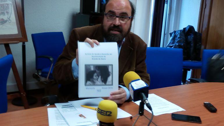 Máximo López, concejal de Acción Social, muestra la memoria de este servicio