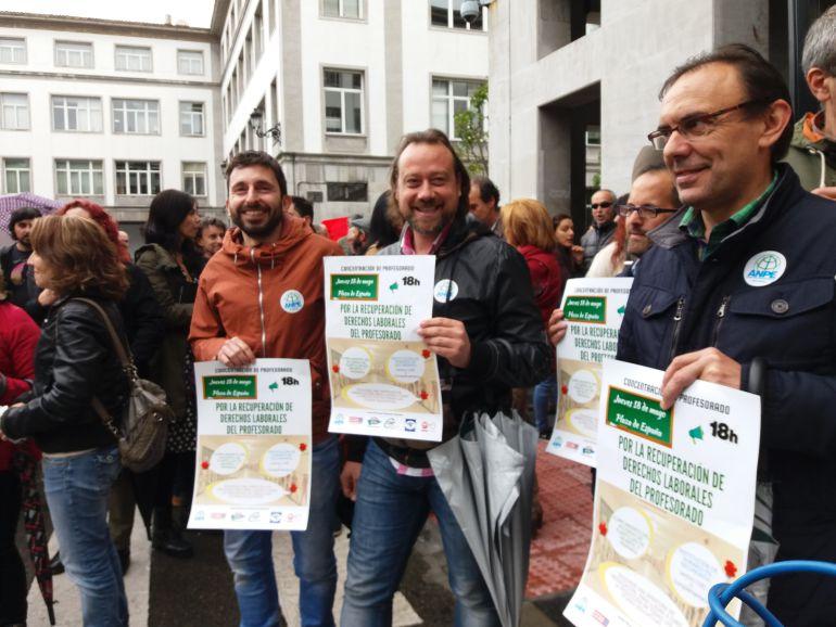 Manifestantes, en la Plaza de España, durante la manifestación de la escuela pública