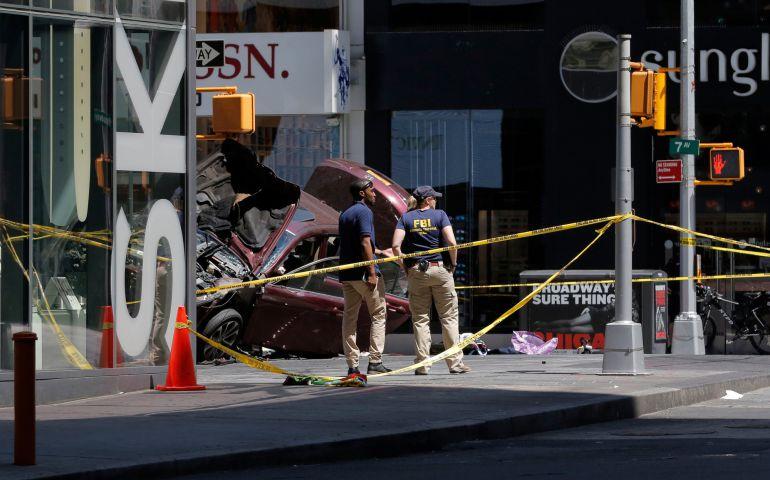 Investigadores del FBI en Times Square junto al coche estrellado