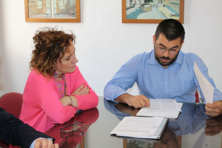Company junto al alcalde de Monóvar