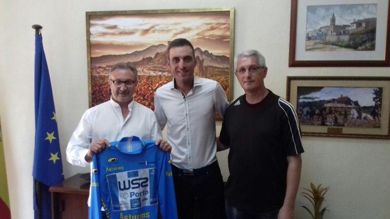 Raúl Alarcón entre el alcalde (I) y el edil de Deportes (D) de Sax