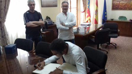 Raúl Alarcón firmando en el libro de honor
