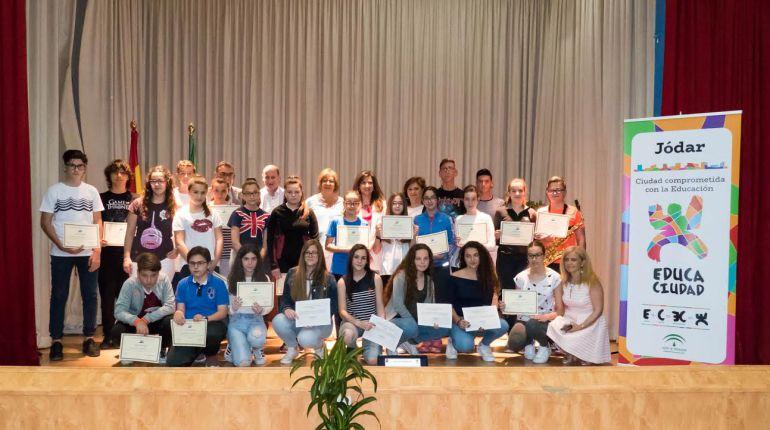 Foto de familia con las autoridades y los alumnos y alumnas premiados