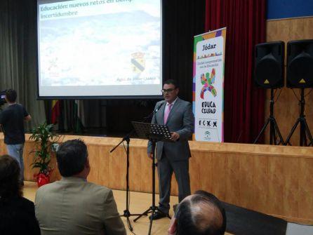 El director del IES 'Juan López Morillas' en la presentación del acto institucional