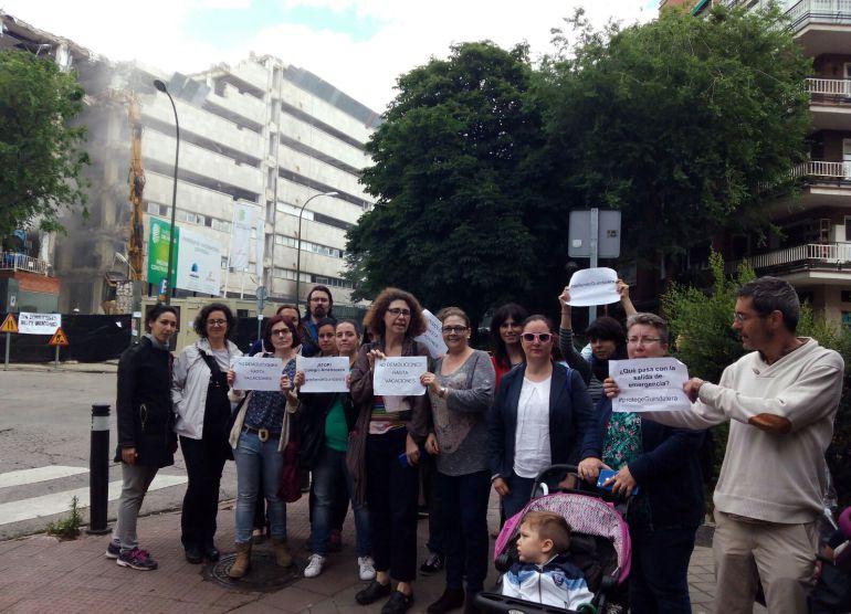 Los padres y madres del CEIP Guindalera, ante las obras de demolición del edificio de la CECA.