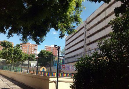 Patio de recreo inhabilitado, de momento, junto al edificio de la CECA.