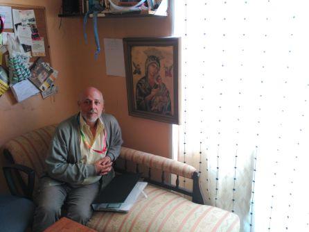 Manuel Rojas, en su casa de alquiler del barrio de Argüelles.