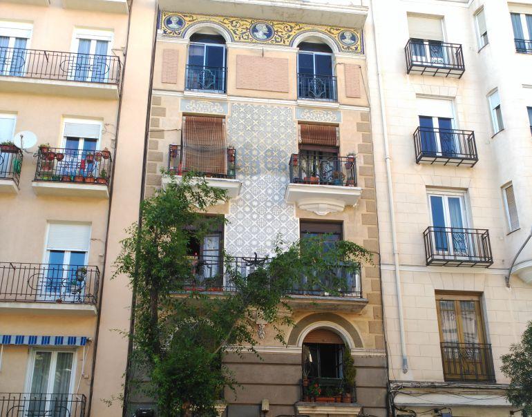 El edificio de la calle Altamirano 10 en el que vive Manuel Rojas y su familia desde los años 70.