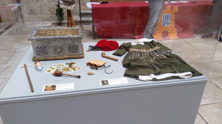 Exposición de la época de Carlos V en el patio principal del Ayuntamiento de Medina