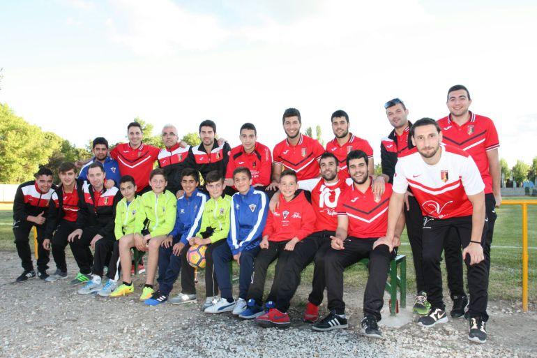 Jugadores del Altético de Peñafiel y del CD San Roque