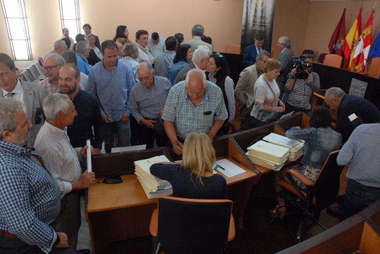 """El salón de plenos de la Diputación acogió la firma de los convenios de los programas """"Actuamos"""" y """"A todo Folk"""""""