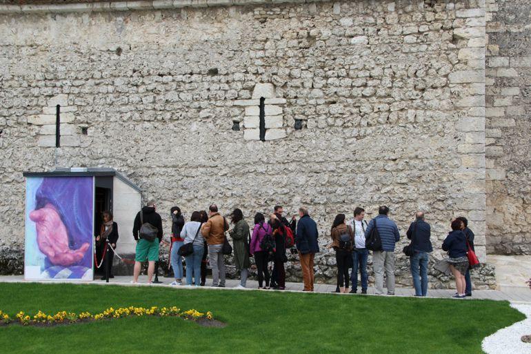 Un grupo de periodistas y blogueros internacionales esperan a entrar en la iglesia de San Andrés en una visita organizada por la Fundación Siglo