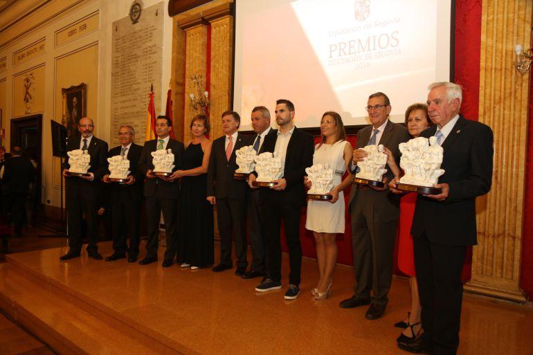 Los premiados posan junto al presidente de la Diputación, Francisco Vázquez.