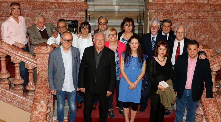 Fotografía de familia de Barcarola con sus XXXII premios