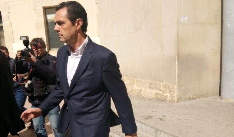 Miguel López tras acudir al juzgado a firmar