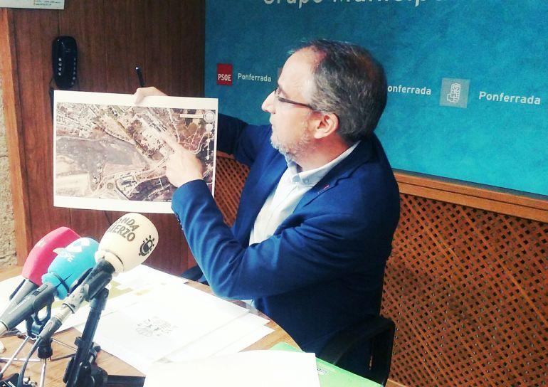 Olegario Ramón mostrando el proyecto de urbanización de la Ciuden