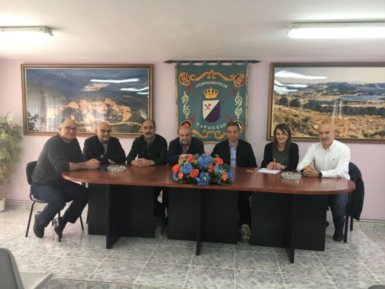 Los regidores en el ayuntamiento de Carucedo, en el que se ha mantenido el encuentro