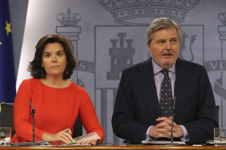 Soraya Sáenz de Santamaría, junto a Íñigo Méndez de Vigo, durante la rueda de prensa tras la reunión hoy del Consejo de Ministros.