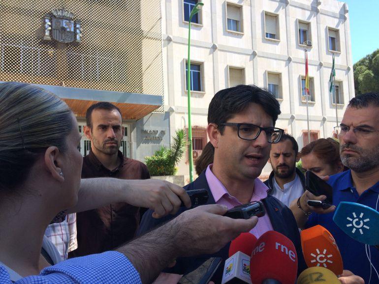 Pedro García atendiendo a los medios de comunicación