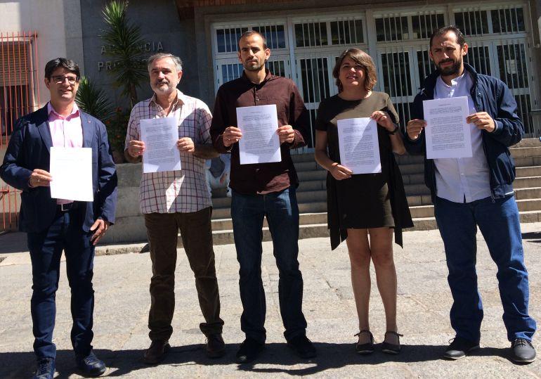 Miembros de Izquierda ante la Audiencia Provincial con el escrito presentado a la Fiscalía.