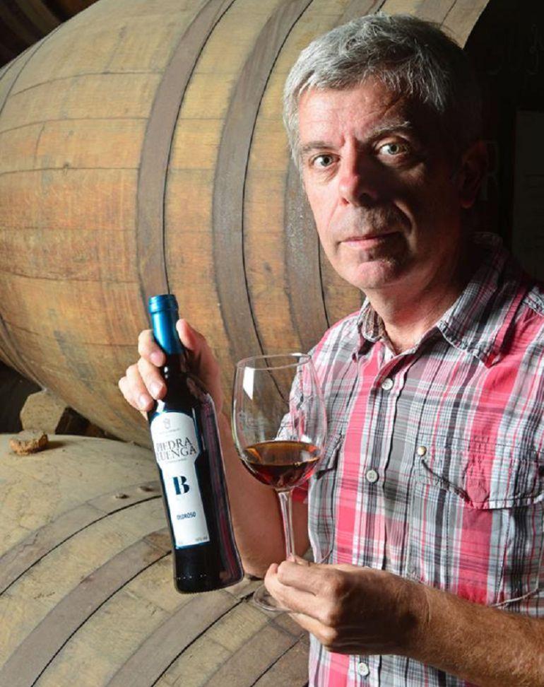 Francisco Robles con una botella de su vino ecológico, el 'Piedraluenga'