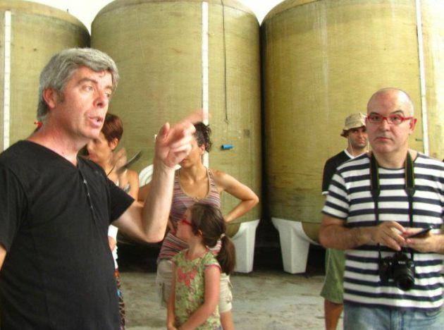 Francisco Robles explicando el recorrido por la bodega