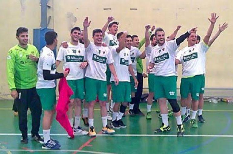 Los jugadores del Elche Alberola celebran su pase a la fase de ascenso