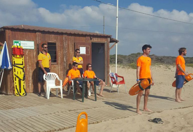 Socorristas en una playa de Elche en Semana Santa