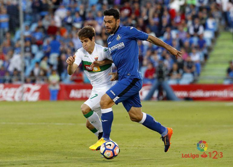 Jorge Molina, en pugna con Hervías, firmó los dos goles del Getafe