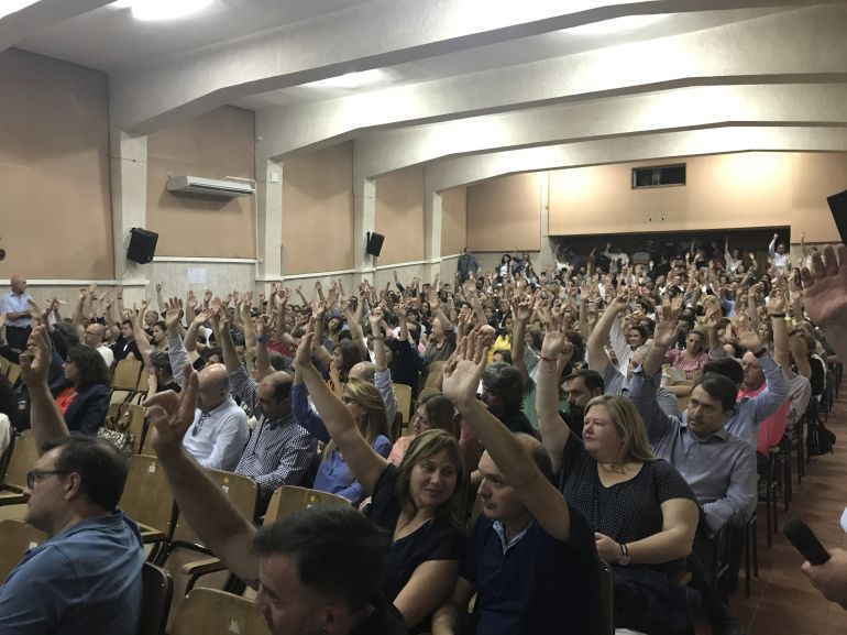 Los padres votan en la Asamblea celebrada anoche en el Colegio Sagrada Familia de Elda
