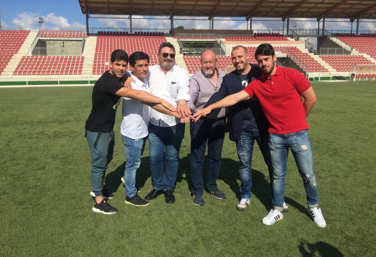 """Dirigentes de ambos clubes en los campos d´Esports """"Santa Bárbara"""" de Monóvar"""