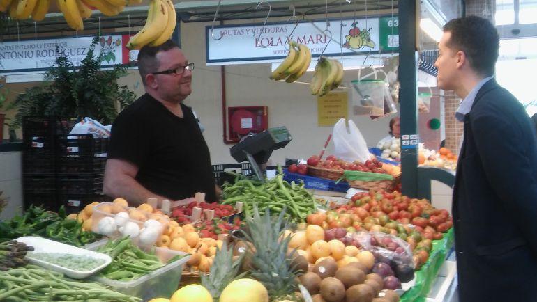 El alcalde, Rubén Alfaro, conversa con un tendero en el Mercado Central, en una imagen de archivo