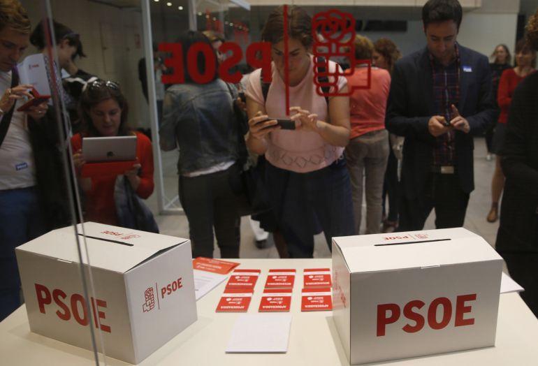 Preparativos en la sede del PSOE en Ferraz para la jornada electoral del domingo, en la que los militantes socialistas elegirán en primarias a su futuro secretario general