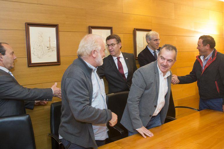 El presidente de la Xunta durante la reunión con los alcaldes da Costa da Morte para abordar el futuro de Ferroatlántica